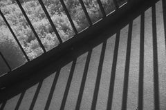 Metallräcke som kastar skuggor på spång Fotografering för Bildbyråer