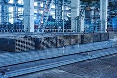 Metallrör i ett lager Buntar av det nya fyrkantiga stålröret Arkivfoton