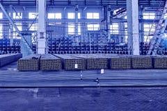 Metallrör i ett lager Buntar av det nya fyrkantiga stålröret i f Royaltyfri Foto