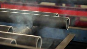Metallrör laddas in i pannan