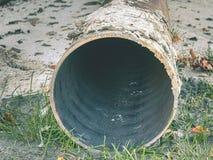 Metallrörbunt på jord Rundad järnrörform som är klar för bruk fotografering för bildbyråer
