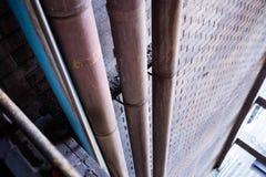 Metallrörledning under konkret tak av varuhuskonstruktion arkivbilder