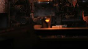 Metallrörproduktionslinje på metallfabriken Varm produktionslinje för stålrör stock video