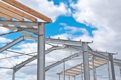 Metallrahmen des Neubaus gegen den blauen Himmel mit Wolken lizenzfreies stockfoto