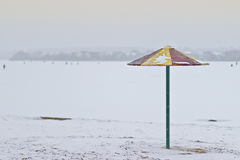 Metallregenschirm auf einem Strand lizenzfreies stockbild