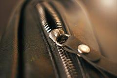 Metallreißverschluß auf der schwarzen Ledertasche stockbild