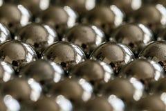Metallriemenb?lle vereinbart in den Reihen, B?lle f?r Lager stockbilder