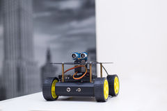 Metallroboter auf Rädern ist- auf dem Tisch Stockbilder