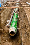 Metallrohre, die im Graben liegen. lizenzfreie stockfotografie