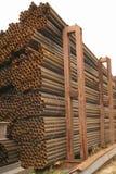 Metallrohre werden in den sechseckigen Zellen eines Lagers gespeichert Lizenzfreie Stockfotos