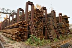 Metallrohre werden in den sechseckigen Zellen eines Lagers gespeichert Stockbilder