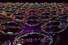 Metallrollendes Oval widergespiegelt als abstrakter Hintergrund Stockfoto