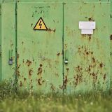 Metallrostige grüne Tür Lizenzfreie Stockfotos