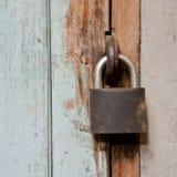 Metallrostiges Vorhängeschloß Lizenzfreies Stockfoto