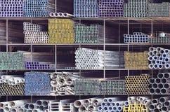 Metallrör för konstruktion på hylla Arkivbild