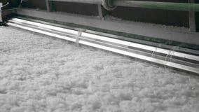Metallrullarbeten med tunn syntetisk fiber på en transportör stock video