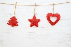 Metallrustikale Weihnachtsverzierung, die am Weiß hängt lizenzfreie stockbilder