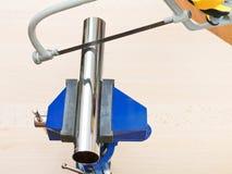 Metallsäge sägt das Chrom, das Abflussrohr plombierend überzogen wird stockfoto