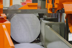 Metallsägenmaschine auf Ausschnitt für Stahl stockfotografie