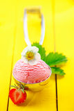 Metallschaufel mit Erdbeereeiscreme stockfoto