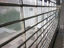 Metallschiebetür im Bürohintergrund Stockbilder