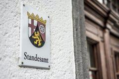 Metallschild brachte Standesamt-Übersetzungs-Standesamtemblem Wort der Wand deutsches der deutschen Region Rheinland Palatino an lizenzfreies stockbild