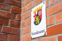 Metallschild brachte Standesamt-Übersetzungs-Standesamtemblem Wort der Wand deutsches der deutschen Region Rheinland Palatino an stockfotos