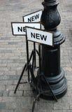 Metallschildplatten mit dem Wort NEU Lizenzfreie Stockfotografie