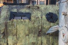 Metallschmutzhintergrund mit grünlicher Farbe mit schwarzen Gummieinsätzen, graue Locke des Vordergrunds Metall, hinter einem ros Stockbilder
