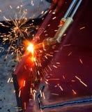 Metallschneidend mit Acetylen-Gas Arbeiter arbeitet durch Gebrauchsfackel Lizenzfreies Stockfoto