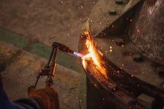 Metallschneidend mit Acetylen- und Sauerstoffgasfackel Weichzeichnung wegen hoher ISO und der flachen Schärfentiefe Stockfotos