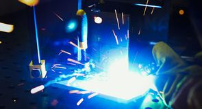 Metallschneidend mit Acetylenfackel Lizenzfreie Stockfotos