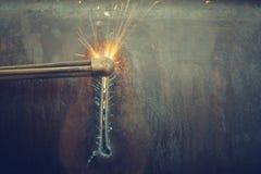Metallschneidend mit Acetylenfackel Stockfotografie