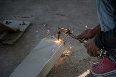 Metallschneidend mit Acetylenfackel Stockfotos