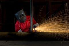 Metallschneidend mit Acetylenfackel in der Fabrik Stockbilder
