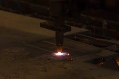 Metallschneidend mit Acetylenfackel durch Selbstschneidemaschineabschluß Stockbilder