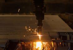 Metallschneidend mit Acetylenfackel durch Selbstschneidemaschineabschluß Lizenzfreies Stockfoto
