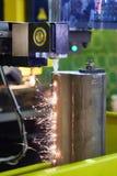 Metallschneidend mit Hochspannungsdraht Lizenzfreie Stockfotos