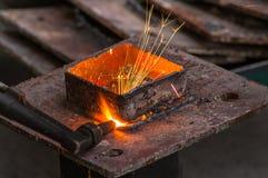 Metallschneidender, Stahlausschnitt mit Acetylenfackel Lizenzfreies Stockfoto