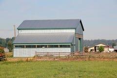 Metallsiding och taklantgårdbyggnad Royaltyfria Bilder