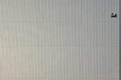 Metallsidingvägg med att betinga för luft Arkivfoto