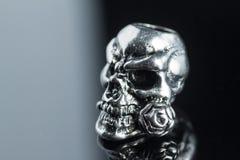 Metallskalle på en svart bakgrund Royaltyfri Bild