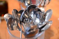 Metallskedar i korgrestauranginre Royaltyfria Bilder