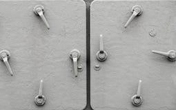 Metallskeppdörrar med handtag royaltyfri fotografi