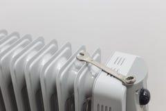 Metallskiftnyckel 13mm lägger på den olje- värmeapparaten Arkivbild