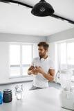metallskivstånger med rött sugrör Mannen förbereder skakasportdrinken supplements Fotografering för Bildbyråer