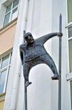 Metallskulptur av mannen på styltor som göras i modern stil på fasaden av den Novgorod mitten av samtida konst i Veliky Novgorod, royaltyfria foton