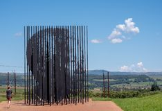 Metallskulptur p? Nelson Mandela Capture Site i Howick, Kwazulu Natal, Sydafrika Mandela f?ngades n?ra h?r i 1962 arkivfoton