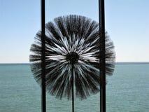 Metallskulptur som förbiser Lake Michigan Arkivfoto