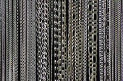 Metallsmycken kedjar fast bakgrund Royaltyfri Fotografi